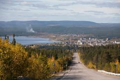 Estrada à cidade industrial pequena no lago, Kandalaksha, Rússia foto de stock