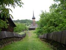 A estrada à igreja de madeira imagem de stock royalty free