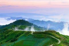 Estrada à parte superior do monte enevoado no alvorecer Tailândia imagens de stock