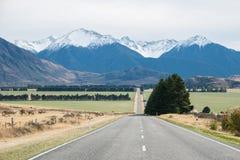 Estrada à passagem no dia nebuloso, Nova Zelândia de Arthur Foto de Stock Royalty Free