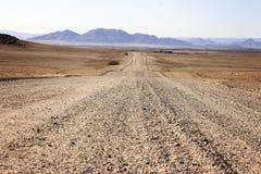 Estrada à terra através do deserto fotografia de stock royalty free