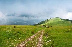 A estrada às montanhas Fotografia de Stock