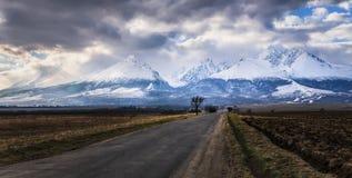 Estrada às montanhas altas de Tatras do inverno cobertas com a neve, Eslováquia Imagem de Stock Royalty Free