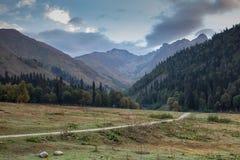 Estrada às montanhas caucasianos Imagens de Stock Royalty Free