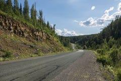 A estrada às montanhas de Ural Fotos de Stock