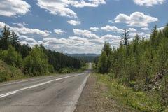 A estrada às montanhas de Ural Fotografia de Stock Royalty Free