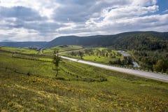 A estrada às montanhas de Ural Imagem de Stock Royalty Free