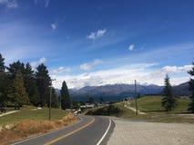 Estrada às montanhas nevado Imagem de Stock Royalty Free