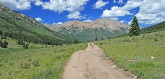 Estrada às Montanhas Rochosas, Colorado, EUA Fotos de Stock Royalty Free