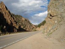 Estrada às montanhas rochosas NP Fotos de Stock Royalty Free