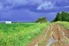 A estrada às nuvens de tempestade imagens de stock royalty free