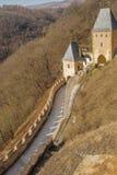A estrada às torres do castelo do tejn do ¡ do karlÅ fotos de stock