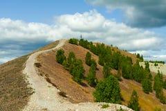 Estrada íngreme da montanha Fim do verão foto de stock