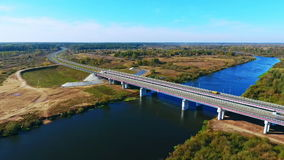 Estrada aérea da estrada da paisagem sobre o rio Opinião alta da paisagem da estrada do rio filme