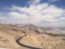 Estrada abaixo das montanhas Imagem de Stock Royalty Free