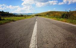 Estrada abandonada em um dia nebuloso Fotografia de Stock