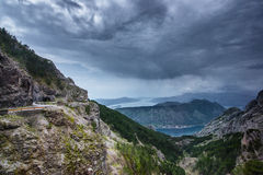 Estrada acima da baía de Boka Kotor montenegro foto de stock royalty free
