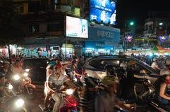 Estrada aglomerada do tráfego do centro da cidade em Hanoi Foto de Stock