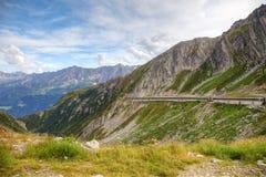 Estrada alpina em montanhas suíças, Europa. Fotografia de Stock