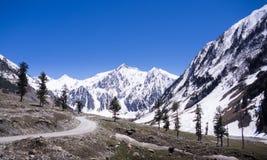 Estrada alpina entre a montanha da neve Fotografia de Stock Royalty Free