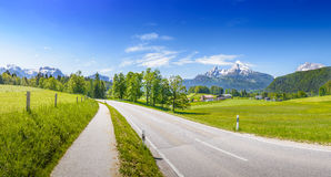 Estrada alpina na frente de Watzmann nevado Fotografia de Stock