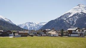 Estrada alpina nos cumes austríacos - foto conservada em estoque da vila fotografia de stock royalty free