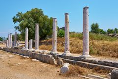Estrada antiga com colunas imagens de stock royalty free