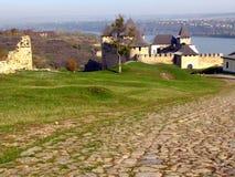 Estrada antiga pavimentada com pedra e ir ao fortre medieval Imagens de Stock