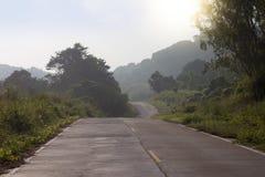Estrada ao céu da manhã da montanha Foto de Stock