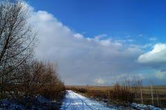 Estrada ao campo no inverno adiantado em Sibéria imagem de stock