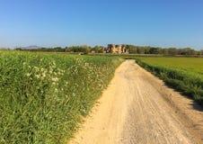 Estrada ao castelo de Santa Perpetua de la Mogoda fotografia de stock