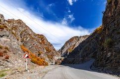 A estrada ao desfiladeiro da montanha fotografia de stock royalty free