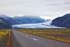 Estrada ao lado da geleira enorme Fotos de Stock