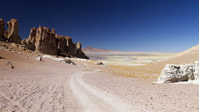 Estrada ao lago remoto nos Andes Fotos de Stock Royalty Free