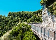 A estrada ao longo da costa de Amalfi. imagem de stock