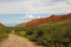 A estrada ao longo das montanhas vermelhas Fotos de Stock