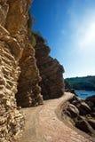 Estrada ao longo das rochas Foto de Stock Royalty Free