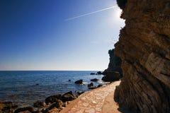 Estrada ao longo das rochas Imagens de Stock