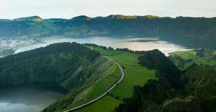 Estrada ao longo de Volcano Shaped Lake fotos de stock royalty free