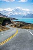 A estrada ao longo do lago Pukaki para montar o cozinheiro National Park, Nova Zelândia Fotos de Stock Royalty Free