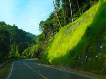 A estrada ao longo do monte, que é a maneira abaixo do monte Um sid imagens de stock royalty free