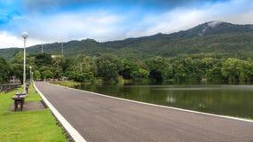 A estrada ao longo do reservatório fotos de stock