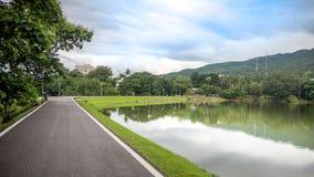 A estrada ao longo do reservatório imagem de stock