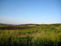A estrada ao longo dos campos Fotografia de Stock Royalty Free
