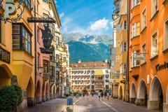 Estrada ao museu do telhado do ouro em Innsbruck - Áustria Fotografia de Stock Royalty Free