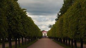 Estrada ao palácio de Marley em Peterhof vídeos de arquivo