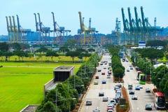 Estrada ao porto industrial de Singapura fotos de stock