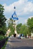 Estrada ao templo (igreja de São Nicolau em Bresta) Imagens de Stock