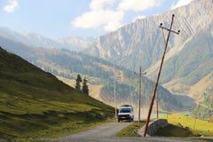 Estrada ao vale em Sonamarg, Kashmir, Índia fotografia de stock royalty free