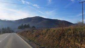 Estrada ao vale na Sérvia do sudeste fotografia de stock
